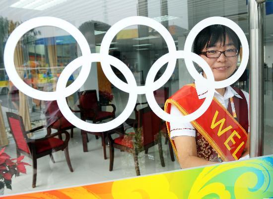 图文-北京奥运会媒体村开村 志愿者面带微笑