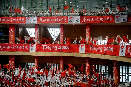 图文-北京奥运圣火在郑州传递 郑州传递圆满结束