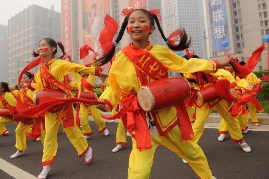 图文-北京奥运圣火在郑州传递 小朋友热情演出