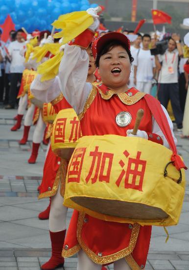 图文-北京奥运圣火在郑州传递 翘起助威的锣鼓