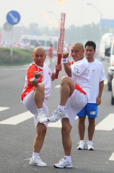 图文-北京奥运圣火在郑州传递 本站传递最佳组合