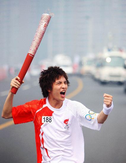 图文-奥运圣火在郑州传递 薛之谦激情参与传递