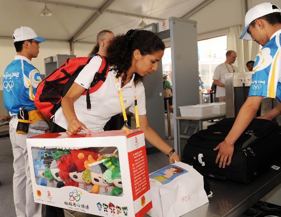 图文-北京奥运会媒体村正式开村 外国专家进行安检