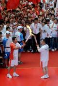 图文:(奥运火炬)(71)奥运圣火在郑州传递