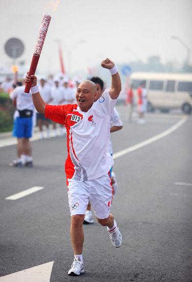图文-奥运圣火在郑州传递 少林常住院传递圣火