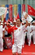 图文-北京奥运圣火在开封传递 王立群展师者风采
