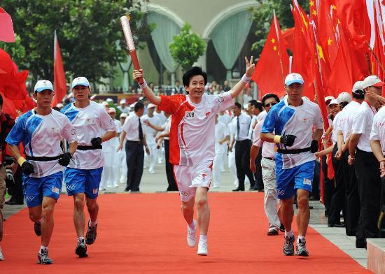 图文-北京奥运圣火在开封传递 末棒张武神彩飞扬