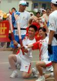 """图文-北京奥运圣火在开封传递 """"心""""造型传心意"""