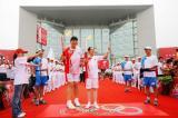 图文-北京奥运圣火在开封传递 王立群郑海霞合影