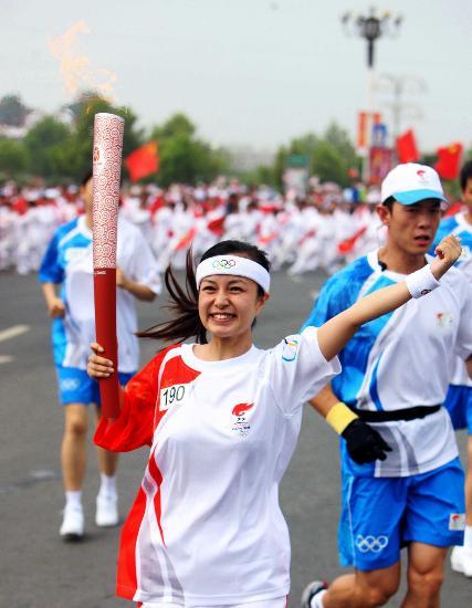 图文-北京奥运圣火在开封传递 发随心动迎风飞扬