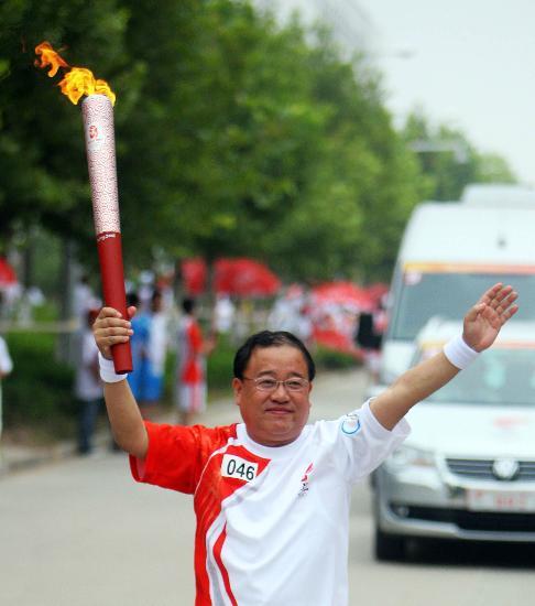 图文-北京奥运圣火在开封传递 含蓄微笑蕴含深情