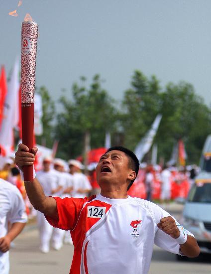 图文-北京奥运圣火在开封传递 仰望圣火小心翼翼