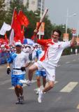 图文-北京奥运圣火在开封传递 大山一跃与众不同