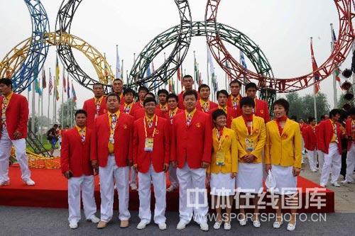 图文-北京奥运村举行开村仪式 摔跤队来张全家福