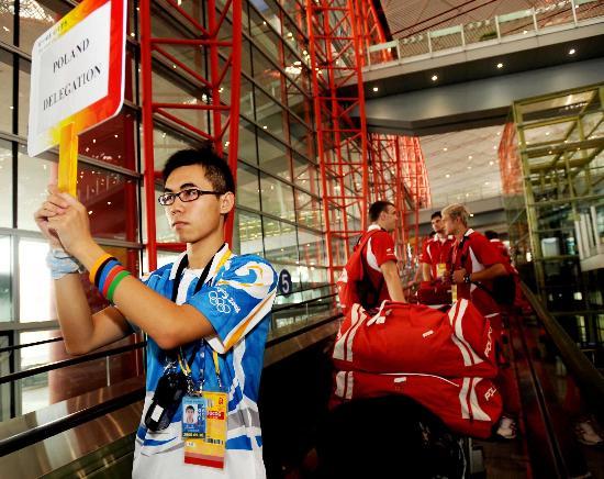 图文-波兰代表团首批成员抵达北京 志愿者引导团员