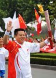 图文-北京奥运圣火在洛阳传递 火炬手黄艳辉传递