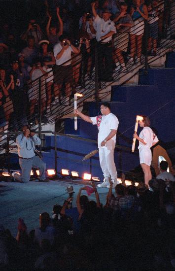 图文-奥运史上的难忘瞬间 阿里点燃亚特兰大主火炬