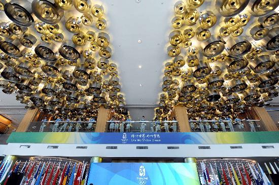 这是青岛奥运村前厅顶部螺旋金属造型的装饰图案(7月27日摄)。   走进青岛奥帆中心内的青岛奥运村,敞亮的空间内,每个角落、每个区域都设计的精巧合理,美轮美奂,随时扑面而来的各种时尚元素和文化符号,让人切实感受到青岛的现代意识与时尚元素。   新华社记者王颂摄