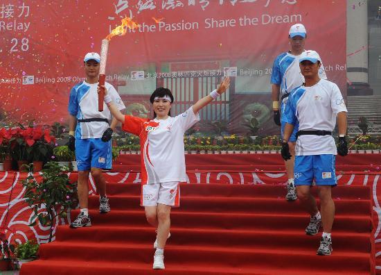 图文-奥运圣火在安阳传递 李瑞英缓缓跑出第一步
