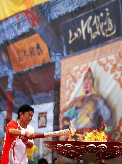 图文-奥运圣火在安阳传递 农民发明家点燃圣火盆