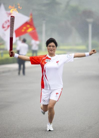 图文-奥运圣火在安阳传递 张美瑛特别姿势传递