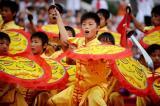 图文-奥运圣火在安阳传递 民俗表演彰显丰富文化