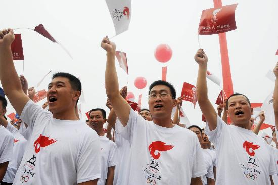图文-奥运圣火在安阳传递 挥动小旗为圣火喝彩