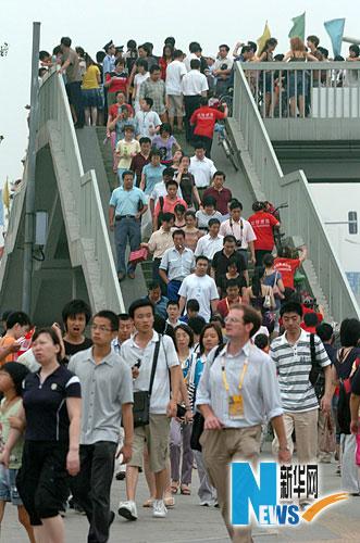 图文-市民争睹开幕式首次带妆彩排 游客汇聚而来