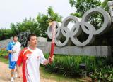 图文-北京奥运圣火在秦皇岛传递 五环标志前走过