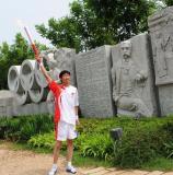图文-北京奥运圣火在秦皇岛传递 五环与圣火交汇