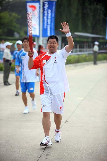 图文-奥运圣火在秦皇岛传递 微笑示意步伐稳健