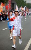 图文-北京奥运圣火在唐山传递 蔡建平激情传递