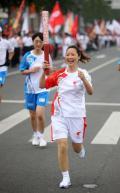 图文-奥运圣火在唐山传递 火炬手李致华的快乐