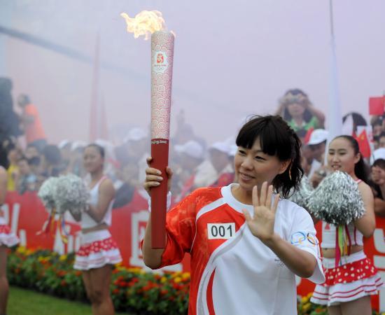 图文-奥运圣火在河北唐山传递 钱红挥手致意