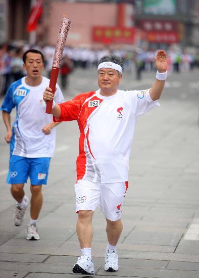 图文-奥运圣火在唐山传递 洪星杓传递火炬