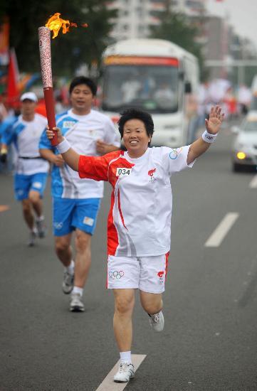 图文-奥运圣火在唐山传递 甘彩云传递火炬