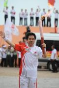 图文-奥运圣火在唐山传递 最后一棒火炬手挥手致意