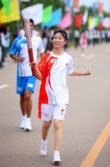 图文-北京奥运圣火在唐山传递 火炬手徐煜华传递
