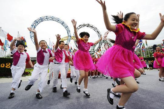 """图文-""""同心结""""学校合唱团 小朋友们在五环下欢腾"""