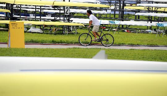 图文-赛艇选手在顺义备战奥运 教练骑车经过清洗处