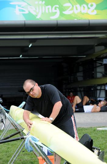 图文-外国皮划艇选手在顺义试水 清洗赛艇一丝不苟