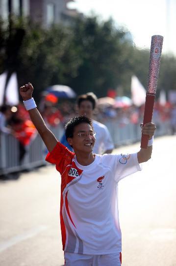 图文-奥运圣火继续在天津传递 火炬手徐伟在传递