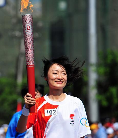 图文-奥运圣火继续在天津传递 火炬手叶栩邑在传递