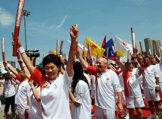 图文-奥运圣火继续在天津传递 抵达终点后欢呼