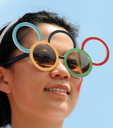 图文-奥运圣火继续在天津传递 五环眼镜观看传递