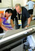 图文-青岛奥帆赛开始进行丈量工作 技术人员测量