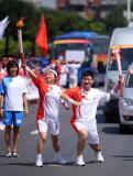 图文-奥运圣火继续在津传递 苗鹏刘克丽交接后合影