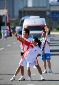 图文-奥运圣火继续在天津传递 刘鹏马莹交接后合影