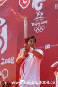 图文-奥运圣火继续在天津传递 王宝泉展示火炬