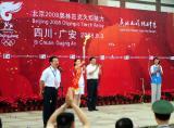 图文-奥运圣火四川广安传递 抗震英雄展示火炬